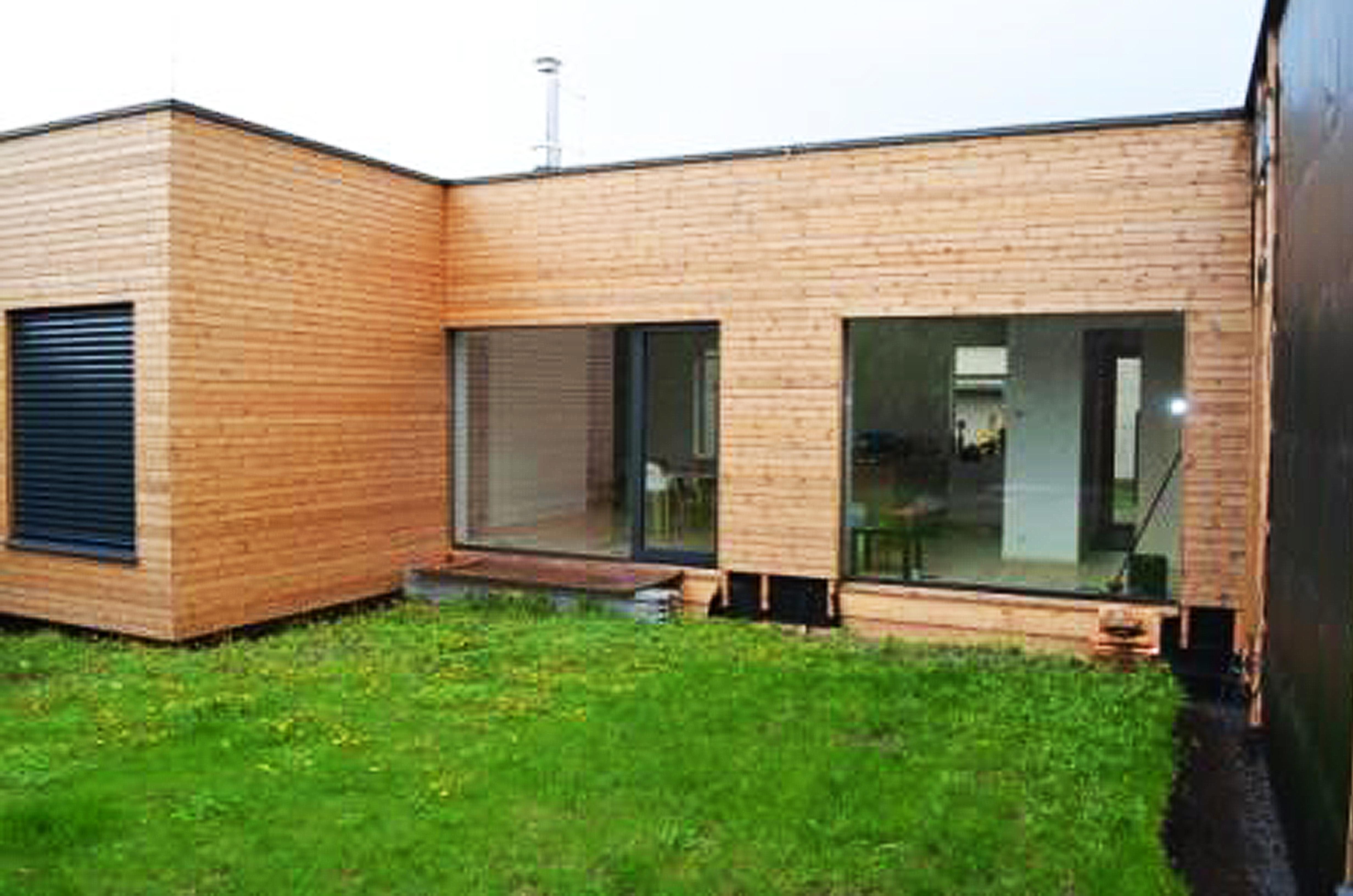 Drevený dom s plochou strechou pokrytou materiálom EPDM